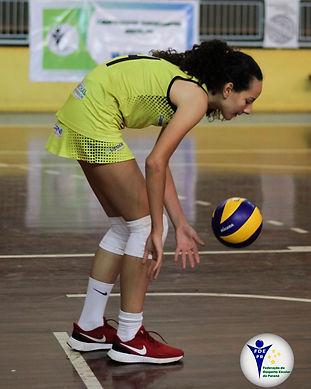 alunos jogando voleibol