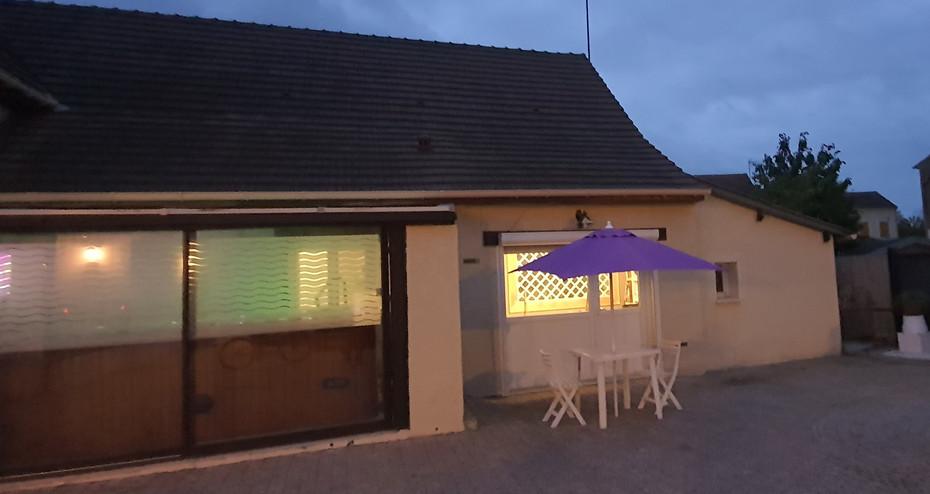 Terrasse privée avec barbecue  (clostras amovibles et plantes selon la saison) non représentée sur la photo