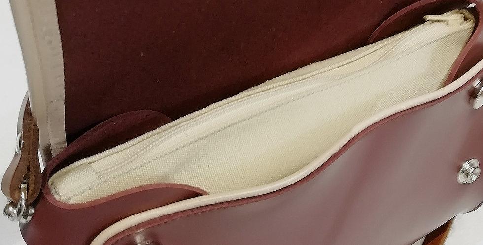 Pochette con patta in pelle vinaccia e tracolla in vacchetta