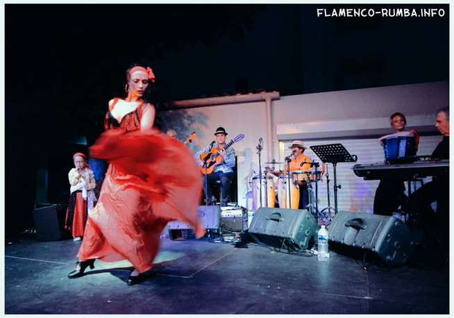 danseuse flamenco avec une robe rouge coquelicot