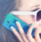 Menina que prende um telefone