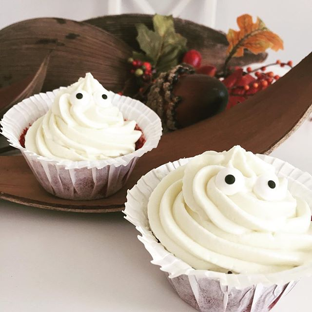 Unsere Red Velvet-Cupcakes haben sich in ihr Halloweenkostüm geschmissen ..