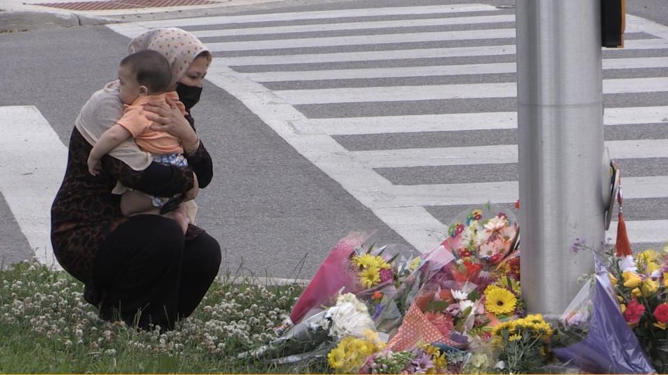 Memorial improvisado en London, Ontario. después de que una familia musulmana fuera asesinada en un presunto ataque motivado por el odio.