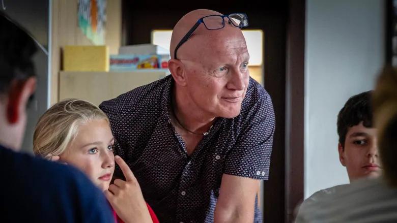 El profesor Jens Rodgaard ayuda a los estudiantes con su trabajo en la escuela pública de Ålholm en Copenhague.