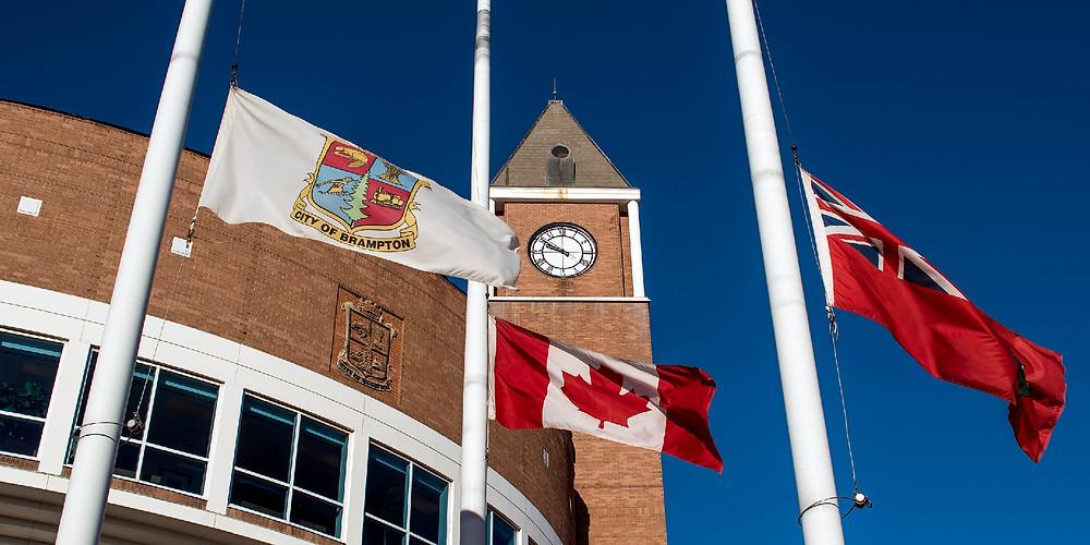 Banderas a media asta en la ciudad de Brampton, en honor a los cuerpos de los 215 niños encontrados en la escuela residencial de Kamloops, BC.
