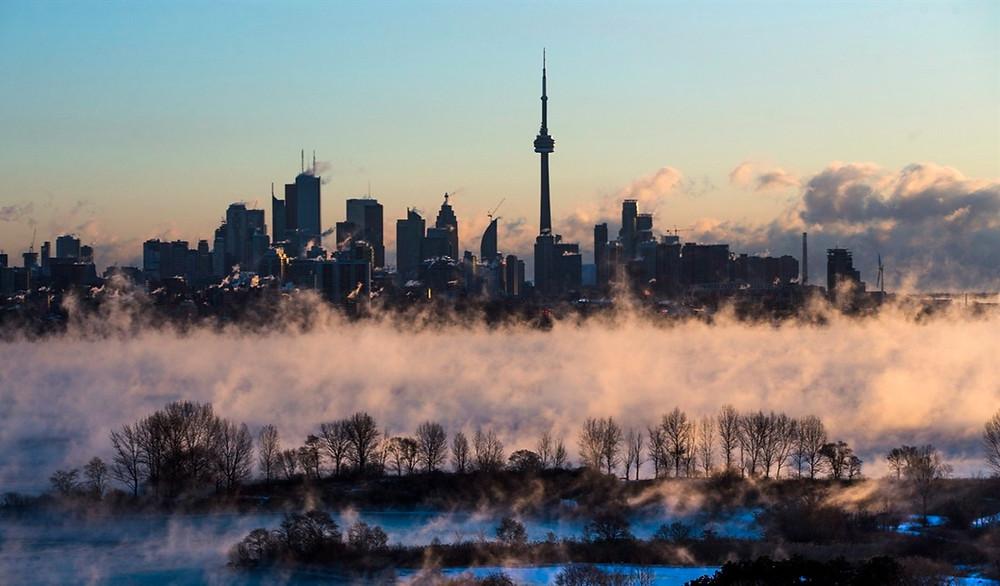 El vapor se eleva desde el lago Ontario frente al horizonte durante un clima extremadamente frío en Toronto el 13 de febrero de 2016.