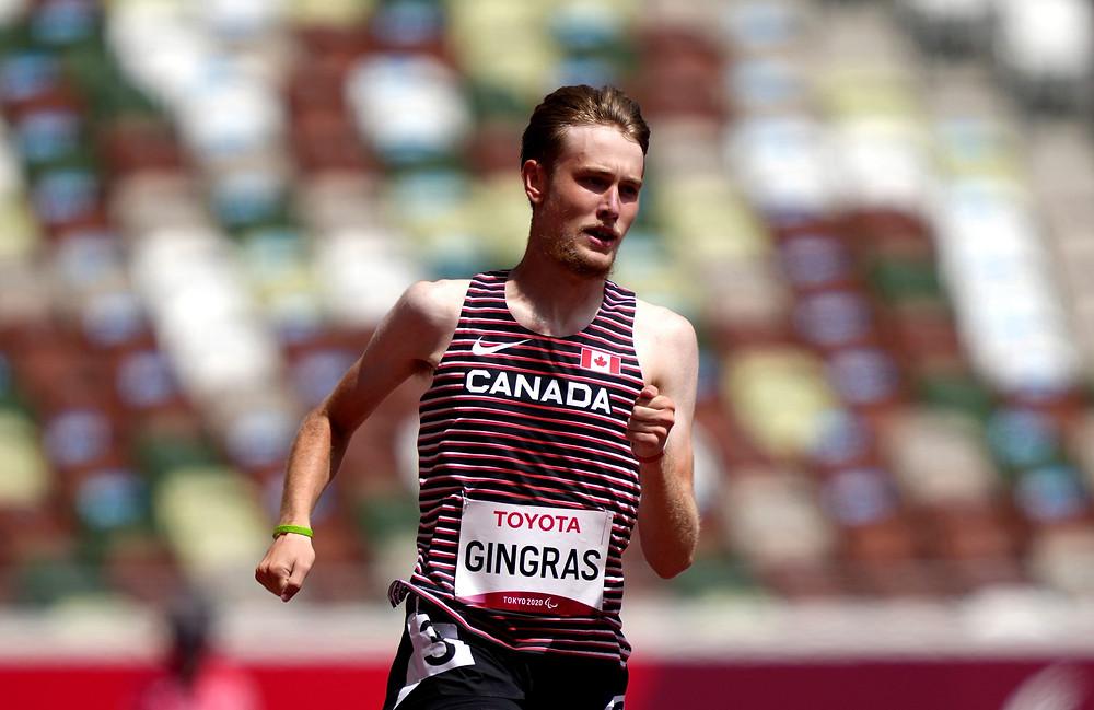 El canadiense Zachary Gingras compite en los 400 metros masculinos - T38 ronda uno, segunda eliminatoria en el Estadio Olímpico durante el sexto día de los Juegos Paralímpicos de Tokio 2020 en Japón.