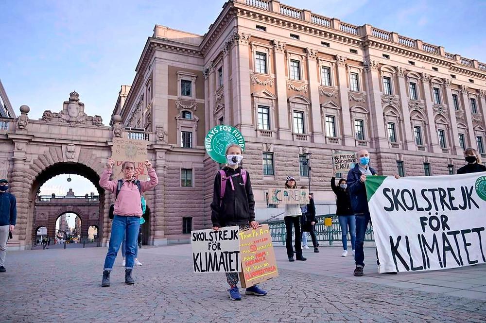 La activista climática sueca Greta Thunberg frente al Parlamento sueco Riksdagen en Estocolmo el viernes 25 de septiembre de 2020