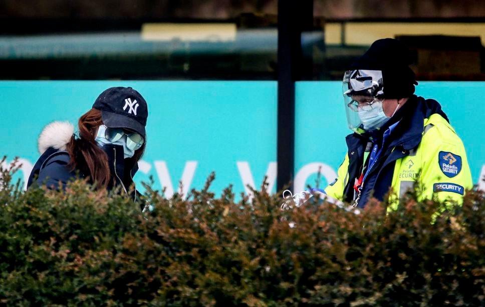 Una mujer se registra con seguridad fuera del centro de evaluación de COVID-19 en el Hospital Mount Sinai en Toronto el martes.