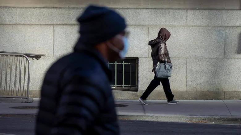 personas caminando en Toronto el 12 de noviembre de 2020