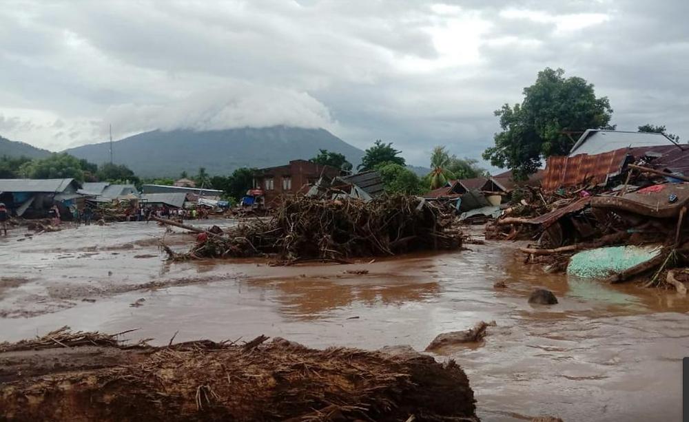 Casas dañadas en un área afectada por inundaciones repentinas después de fuertes lluvias en East Flores, provincia de East Nusa Tenggara, Indonesia, 4 de abril de 2021.