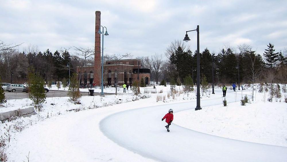 Un niño disfruta de la pista de patinaje del Colonel Sam Smith Park en Etobicoke.