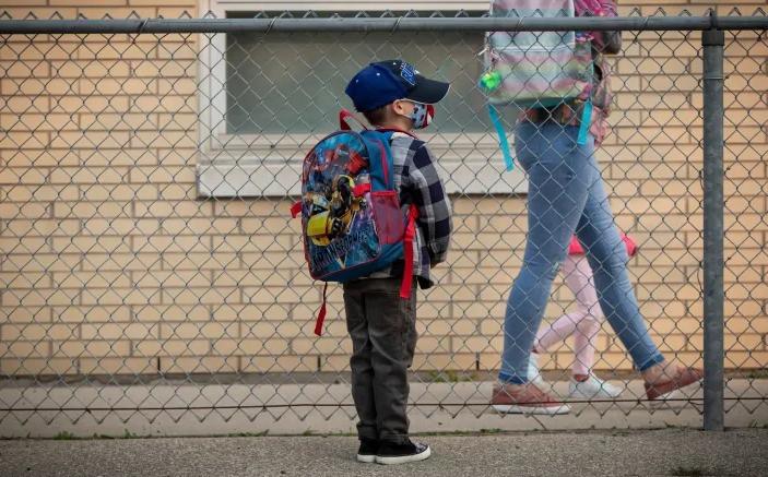 Parker Neddelcoff, de 5 años, comienza su primer día de kindergarten de último año en Portage Trail Community School, en Toronto, el 15 de septiembre de 2020, seis meses después de que la pandemia de COVID-19 terminara el año escolar prematuramente.