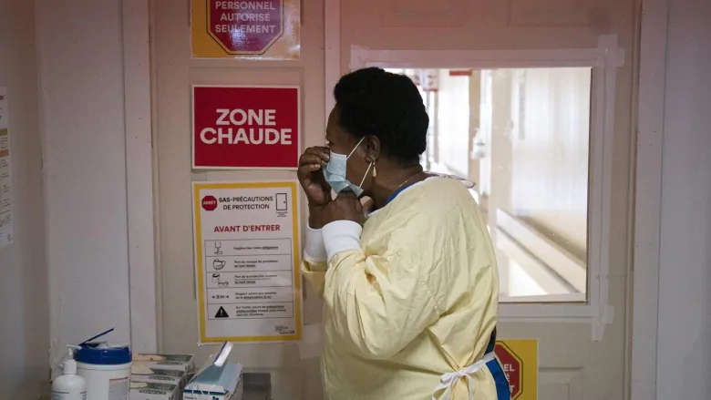 Las dos ciudades más grandes de Quebec han sido colocadas bajo el nivel de alerta roja debido al aumento de casos de COVID-19.