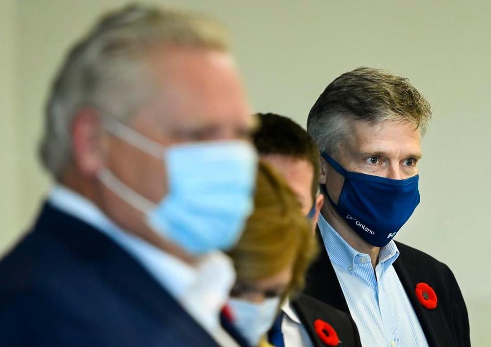 El ministro de Finanzas de Ontario, Rod Phillips, a la derecha, y el primer ministro Doug Ford