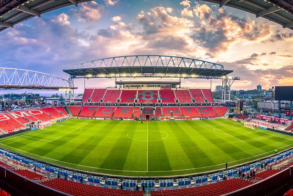 El gobierno federal dice que todavía está revisando la solicitud para que TFC, CF Montreal jueguen en Canadá.