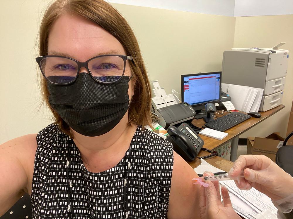 Cada vez más canadienses están dispuestos a recibir la vacuna COVID-19, según una nueva encuesta.