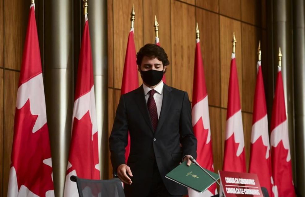 El primer ministro Justin Trudeau llega a una conferencia de prensa durante la pandemia de COVID en Ottawa el martes 13 de octubre de 2020.