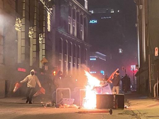 Cientos de personas desafían el toque de queda en Montreal con una violenta protesta