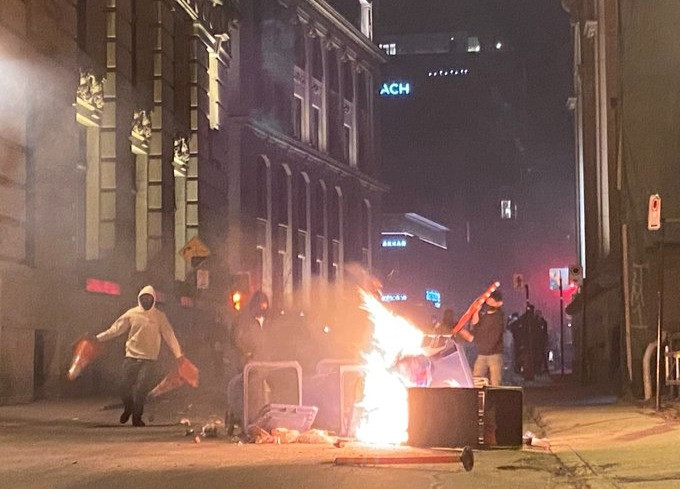 Manifestantes quemando basura en varias intersecciones en Old Montreal.