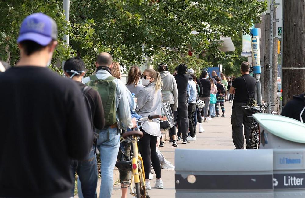 Una fila de 150 personas que toma 4 horas desde el final hasta la prueba en el Centro de Evaluación COVID-19 del Toronto Western Hospital.