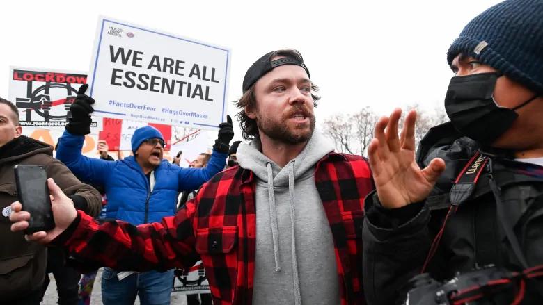 Adam Skelly, propietario de Adamson Barbecue, escolta a un fotógrafo desde su propiedad después de desafiar las órdenes provinciales de cierre para cerrar los comedores en interiores y exteriores durante la pandemia del COVID-19 en Toronto, miércoles 25 de noviembre de 2020.