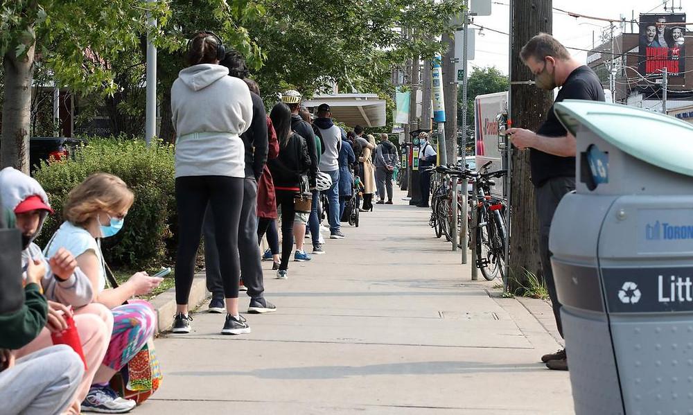 Decenas de personas hicieron fila en el Centro de Evaluación COVID-19 del Toronto Western Hospital