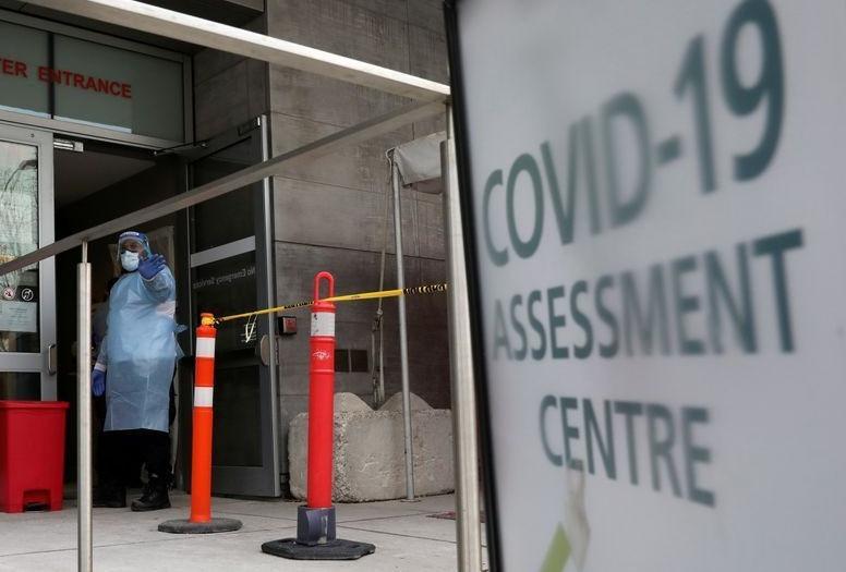 Una enfermera guía a las personas que se someten a pruebas de detección de la enfermedad por coronavirus (COVID-19) fuera de un hospital en Toronto