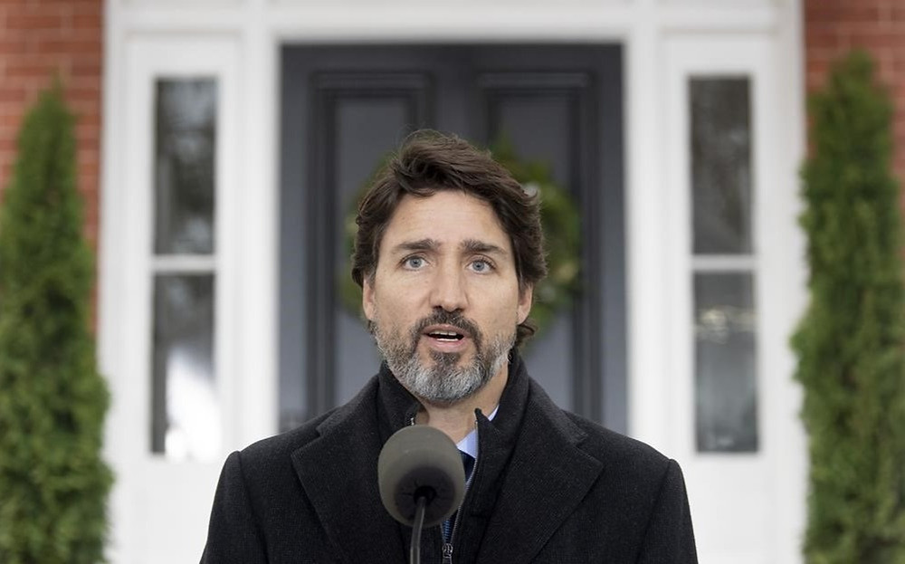 El primer ministro Justin Trudeau habla con los medios sobre el virus COVID-19 en las afueras de Rideau Cottage en Ottawa, el viernes 20 de noviembre de 2020.