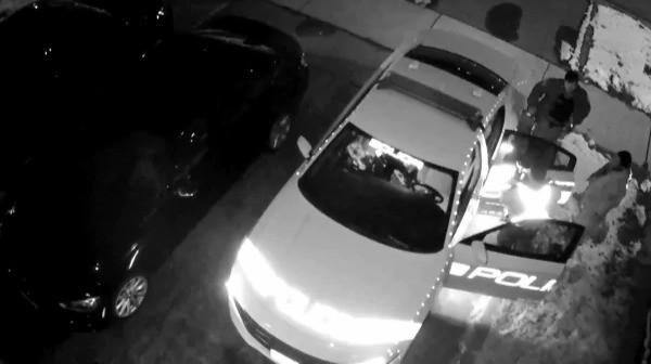 Imagen del video de la cámara de seguridad de la patrulla donde Const. Bernard Trlaja fue grabado haciendo comentarios despectivos sobre Masood Masad.