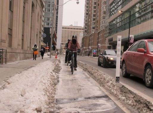 Carriles para bicicletas libres de hielo y nieve en invierno