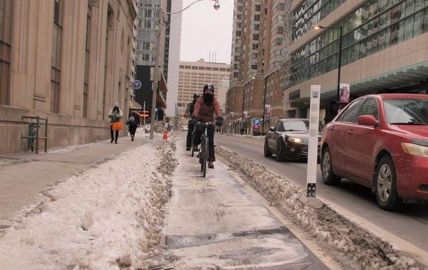 La ciudad está poniendo mucho más esfuerzo en arar y mantener los carriles para bicicletas libres de nieve y hielo este invierno que en el pasado, incluido este carril exclusivo, en el lado sur de Gerrard Street en Yonge Street.