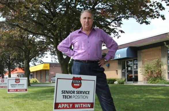 Edward Fitchett, presidente de Fitch Security Integration en Toronto, necesita urgentemente contratar técnicos. Su empresa es una de las muchas que utilizan bonificaciones por firmar para atraer trabajadores.