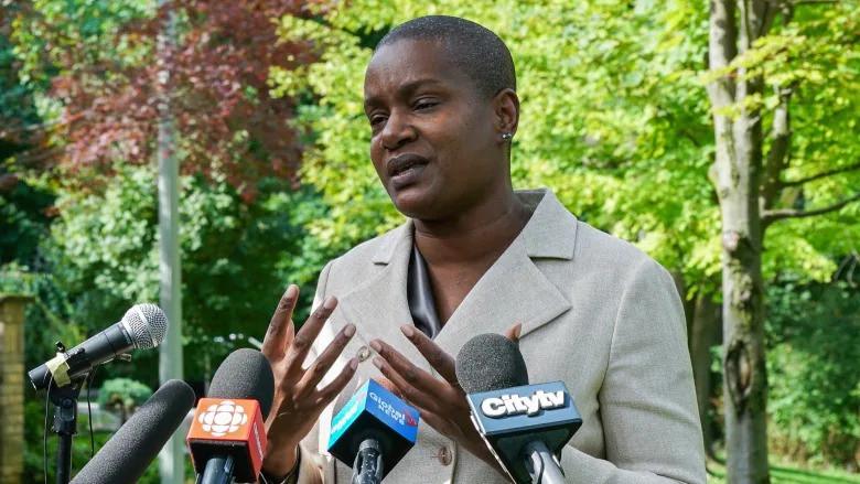 Annamie Paul habla sobre su decepción con los resultados de las elecciones del lunes 27 de septiembre de 2021 en Suydam Park en Toronto. Paul anunció que dejará el cargo de líder de su partido.