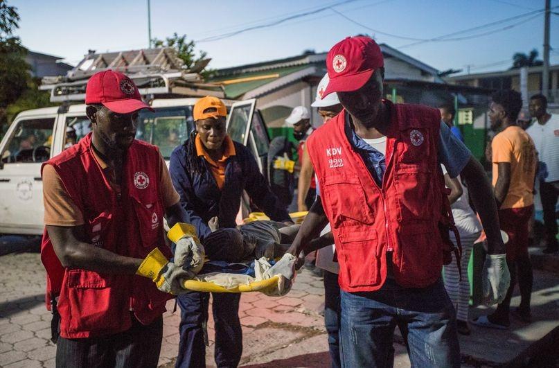 Paramédicos de la Cruz Roja atienden a víctimas del sismo en Los Cayos, Haití, este sábado.