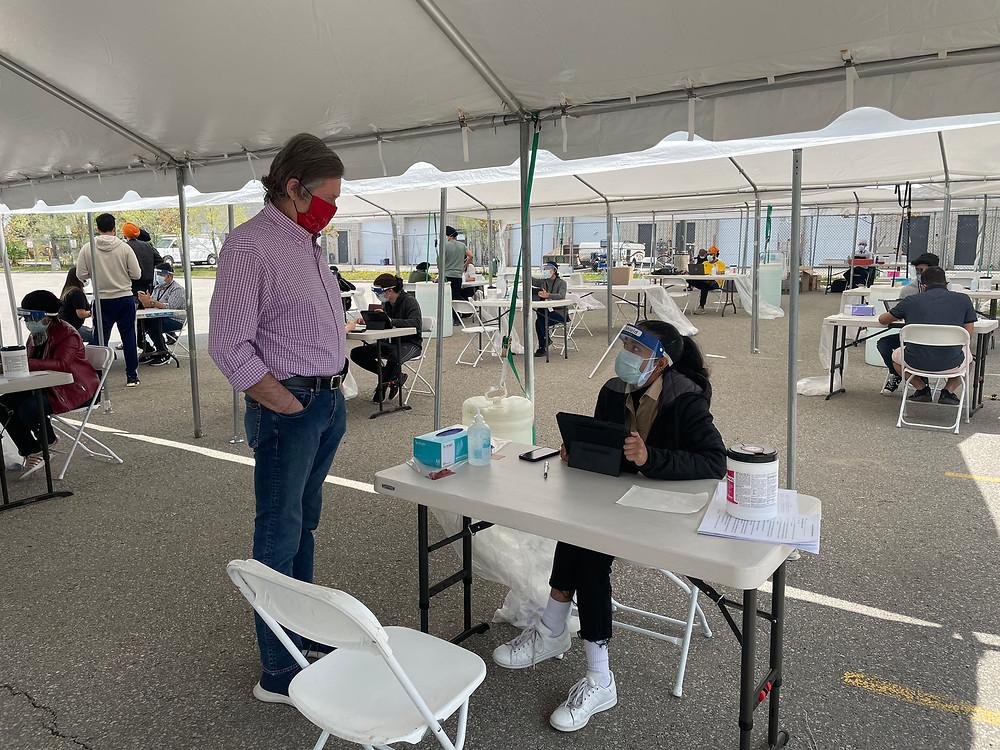 El alcalde de Toronto, John Tory, visita una de las clínicas emergentes de vacunación COVID-19 en Scarborough, 15 de Mayo del 2021.