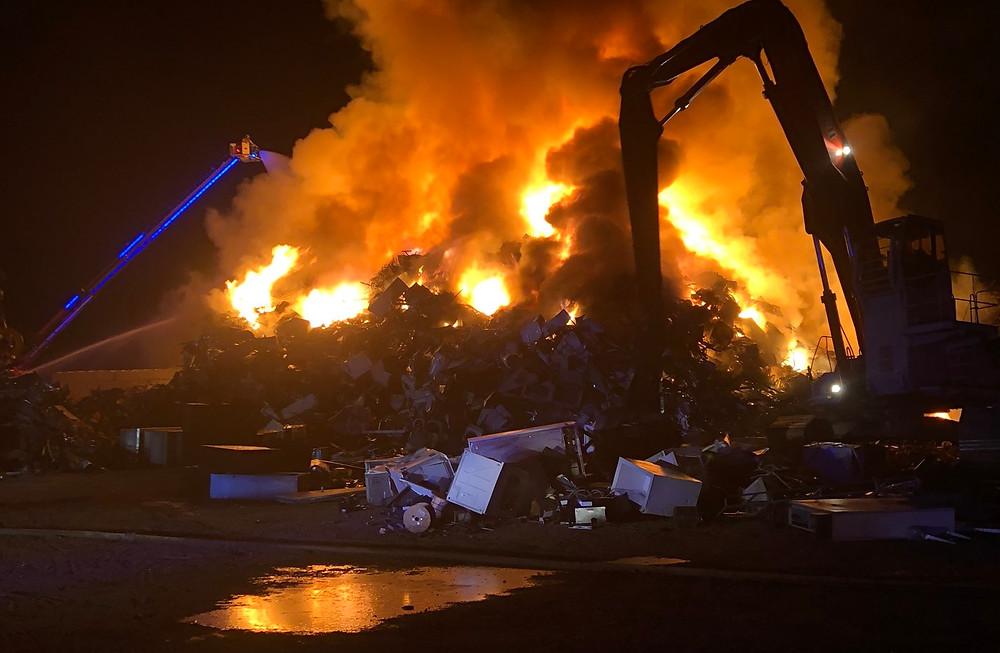 incendio en un depósito de chatarra en Whitchurch-Stoufville