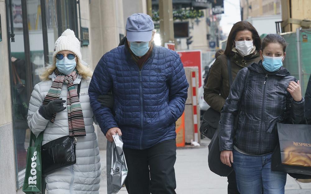 Los compradores caminan por la calle Sainte-Catherine de Montreal durante la pandemia de COVID-19 el jueves 3 de diciembre de 2020.