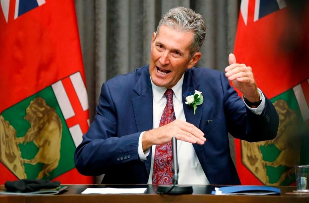 El premier de Manitoba, Brian Pallister, habla con los medios de comunicación antes de la lectura del Discurso del Trono en la Legislatura de Manitoba en Winnipeg, el miércoles 7 de octubre de 2019.