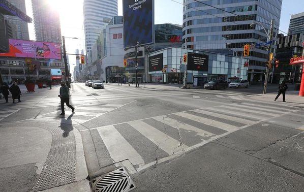 El tráfico peatonal es ligero en Yonge Street el lunes 25 de enero, ya que Ontario soporta estrictas restricciones para frenar la propagación del virus COVID-19 en Toronto.
