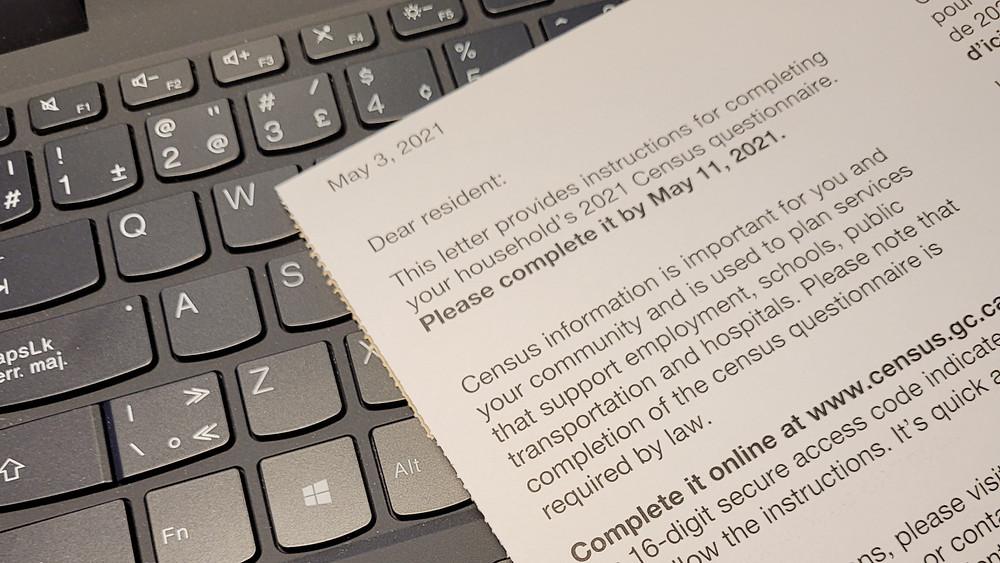 Copia del formulario del censo canadiense del 2021 sobre un teclado de computadora.