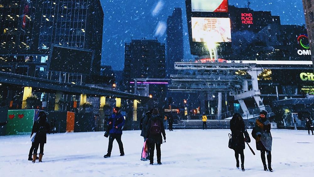 Environment Canada dice que la nieve será intensa a veces y afectará áreas cercanas al extremo oeste del lago Ontario el martes. El flujo del este sobre las aguas relativamente cálidas del lago Ontario junto con el terreno más alto de la escarpa del Niágara ayudarán a aumentar localmente las cantidades de nieve.