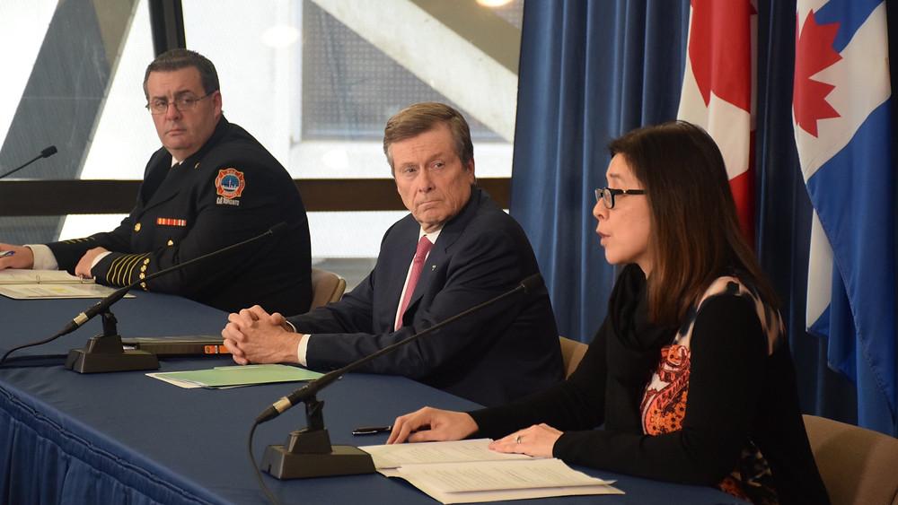 El jefe de bomberos de Toronto, Matthew Pegg, el alcalde de Toronto, John Tory, y la directora médica de salud de Toronto, la Dra. Eileen de Villa, se dirigen a los medios de comunicación sobre los últimos esfuerzos de la ciudad contra el COVID-19.