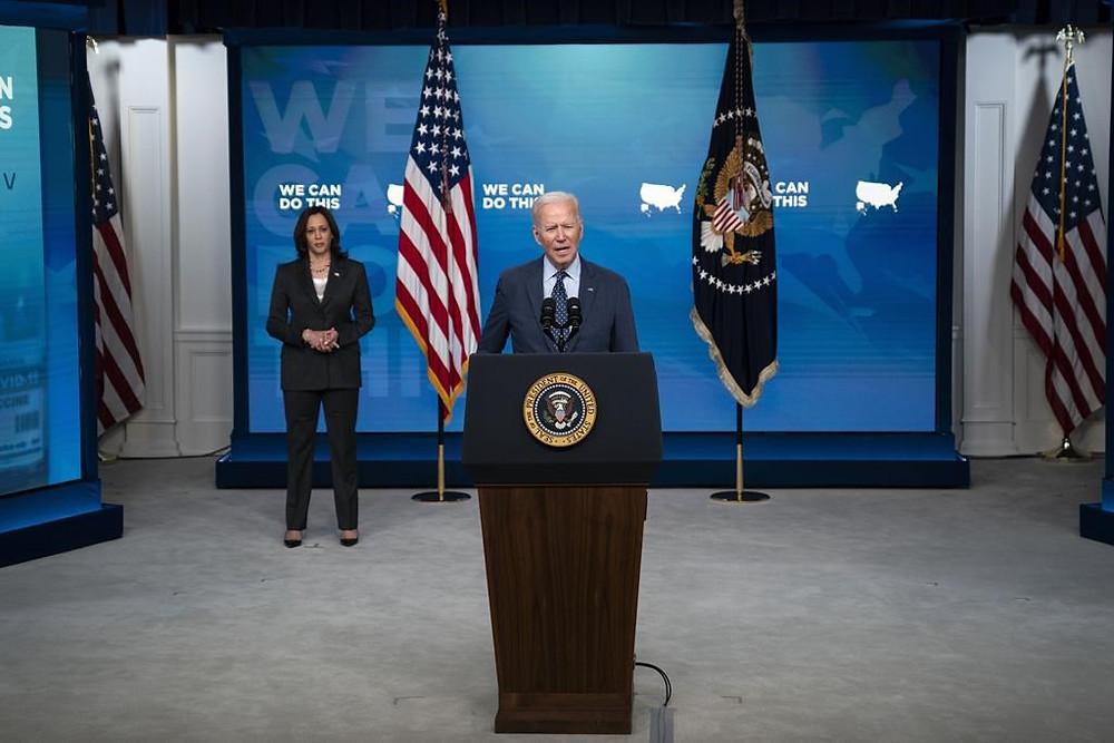 La vicepresidenta Kamala Harris escucha mientras el presidente Joe Biden habla sobre el programa de vacunación COVID, en el auditorio de South Court en el campus de la Casa Blanca, el miércoles 2 de junio de 2021 en Washington.