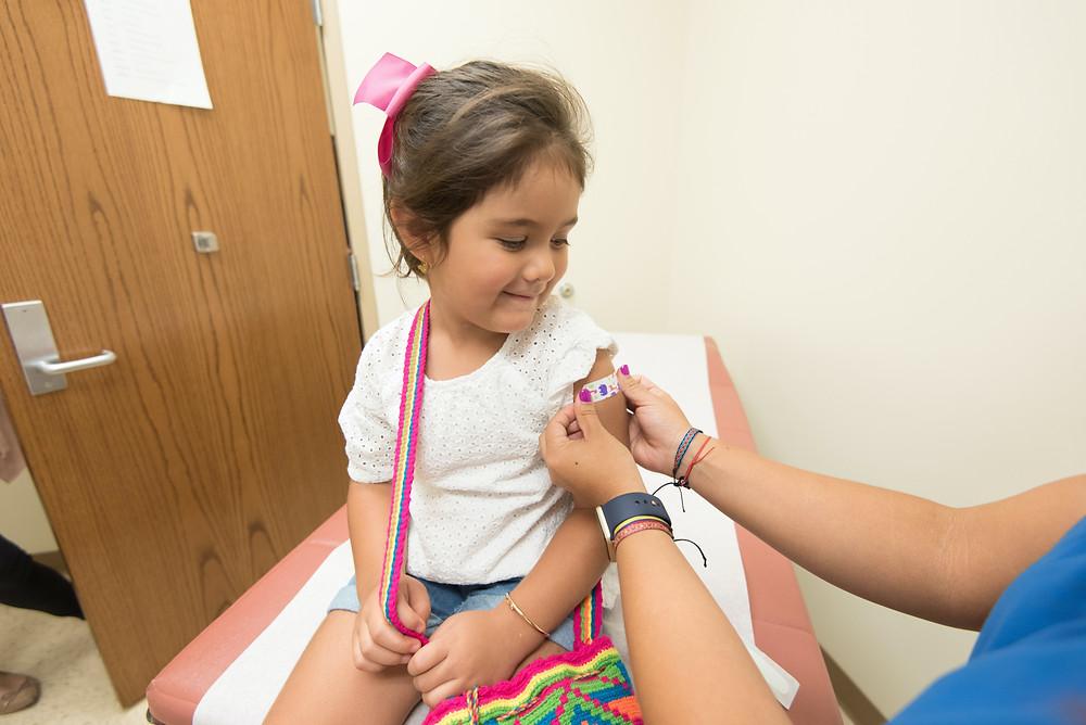 Actualmente, la vacuna Moderna COVID-19 está autorizada para su uso bajo una autorización de uso de emergencia (EUA) para la inmunización activa para prevenir la enfermedad por coronavirus 2019 (COVID-19) causada por el síndrome respiratorio agudo severo coronavirus 2 (SARS-CoV-2) en individuos 18 años de edad o más.