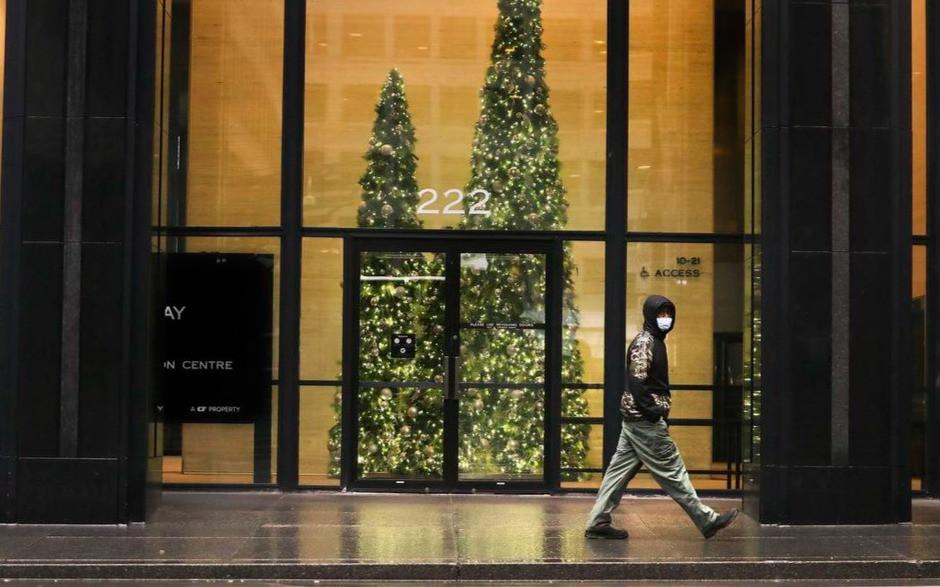 Un hombre camina por Bay Street en Toronto.