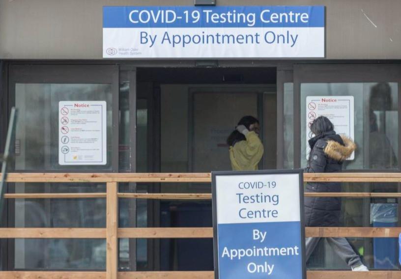 Toronto registró 758 nuevas infecciones por COVID-19 el viernes, con 28 nuevas hospitalizaciones. El promedio de siete días de la ciudad para nuevas infecciones fue de 583, en comparación con 471 un mes antes.