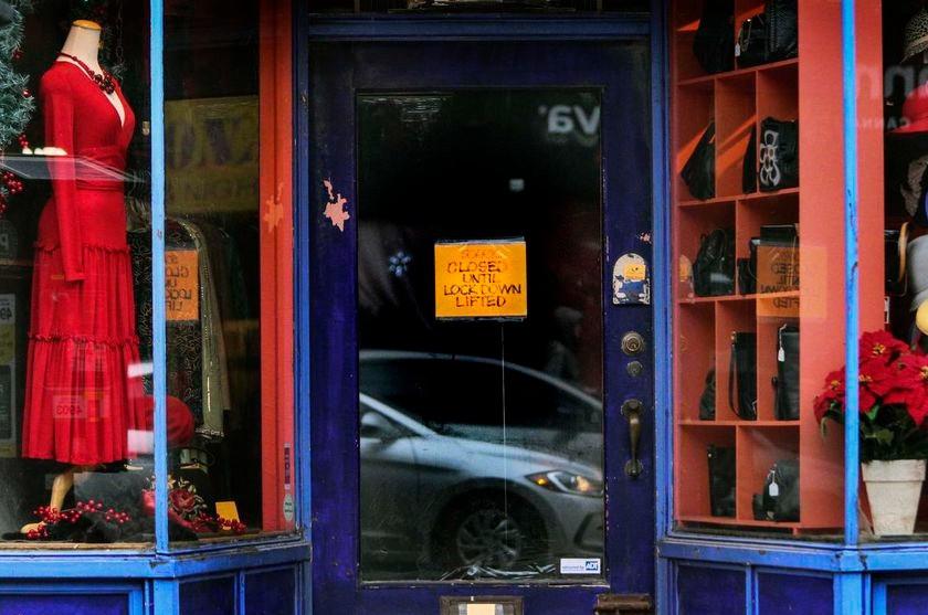 Un letrero en una tienda de ropa usada en Queen St. W. notifica a los clientes sobre el cierre ordenado por el gobierno que ahora está vigente en todo el sur de Ontario hasta el sábado 23 de enero.
