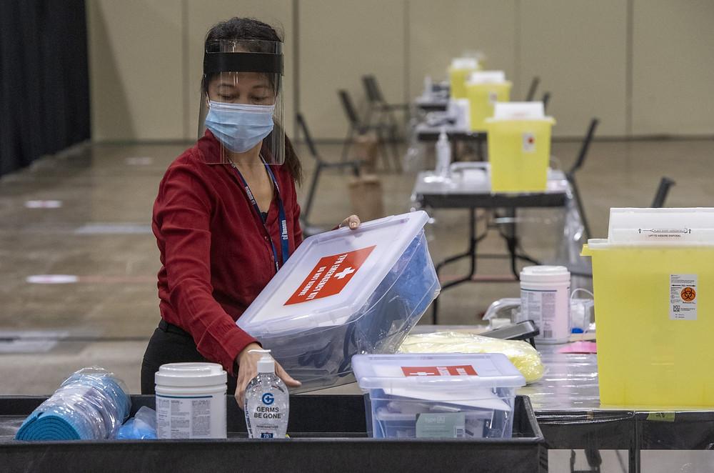La enfermera de Salud Pública de Toronto, Lalaine Agarin, hace los preparativos en la Clínica de Vacunación Masiva de Toronto el domingo 17 de enero de 2021.
