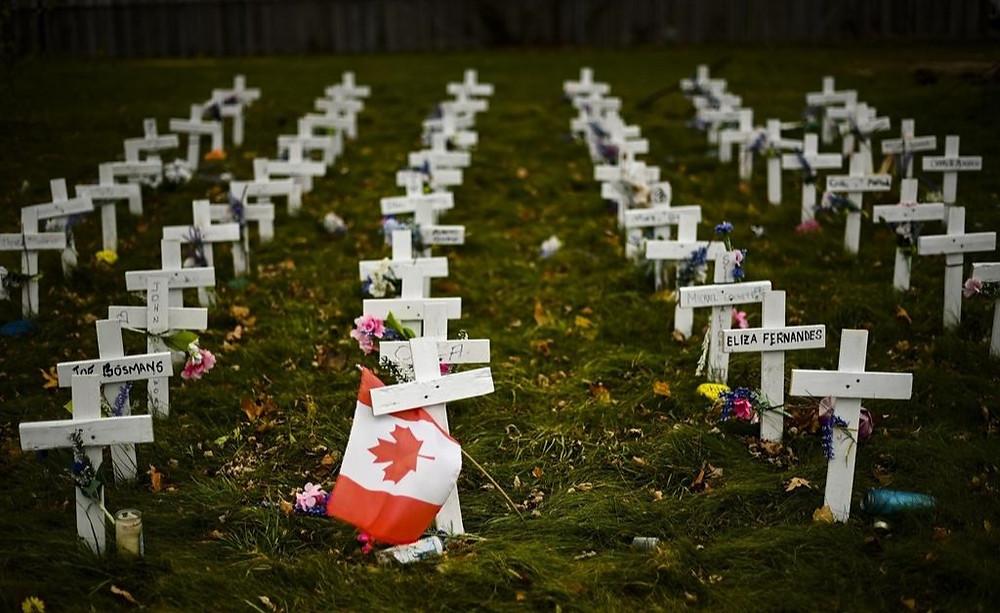 Las cruces se muestran en memoria de los ancianos que murieron de COVID-19 en las instalaciones de Camilla Care Community durante la pandemia de COVID-19 en Mississauga, Ontario, el jueves 19 de noviembre de 2020.